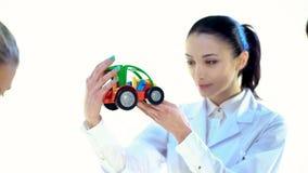 Kobieta pracownik Patrzeć koloru klingerytu zabawkę Obraz Royalty Free