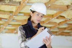 Kobieta pracownika podpisywania naprawy mieszkanie zdjęcia royalty free