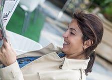 Kobieta pracująca czyta gazetę obraz stock