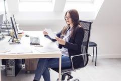 Kobieta pracująca na krześle w biurze obrazy stock