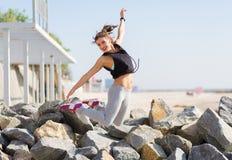 Kobieta pracująca out i skaczący przy lato plażą Fotografia Royalty Free