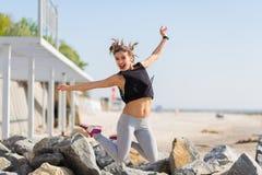 Kobieta pracująca out i skaczący przy lato plażą Obraz Stock