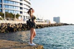 Kobieta pracująca przy plażą out zdjęcia royalty free