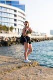 Kobieta pracująca przy plażą out obrazy royalty free