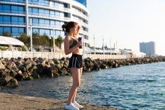 Kobieta pracująca przy plażą out zdjęcie royalty free