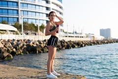 Kobieta pracująca przy plażą out fotografia royalty free