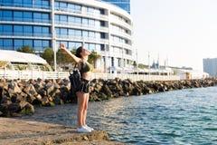 Kobieta pracująca przy plażą out obrazy stock