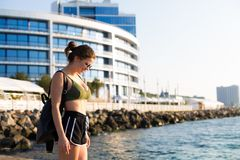 Kobieta pracująca przy plażą out zdjęcie stock