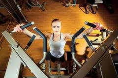 Kobieta pracująca w gym out - ciągnienie podnosi Zdjęcia Royalty Free