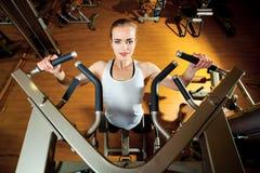 Kobieta pracująca w gym out - ciągnienie podnosi Obraz Royalty Free