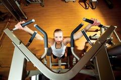 Kobieta pracująca w gym out - ciągnienie podnosi Fotografia Stock