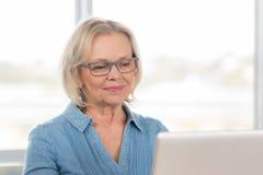 Kobieta pracujący komputer Zdjęcia Royalty Free