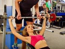 Kobieta pracuje jego klatkę piersiową i ręki przy gym Obrazy Royalty Free