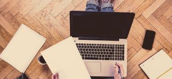 Kobieta pracuje kawę i ma Zdjęcie Royalty Free