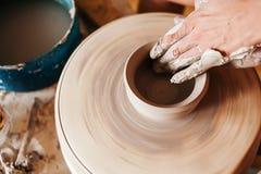 Kobieta pracuje na garncarki ` s kole Obrazy Royalty Free