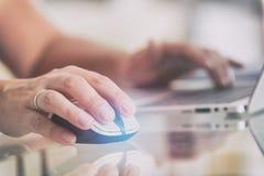 Kobieta pracuje na jej laptopu biurze w domu obrazy royalty free