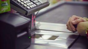 Kobieta pracuje na kasie w sklepie zdjęcie wideo
