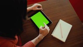 Kobieta pracuje na pastylce, notatnik zielony ekran zbiory wideo