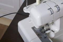 Kobieta pracuje na produkcie na overlock Overlock z białą nicią Przed zaczynać pracę Obrazy Royalty Free