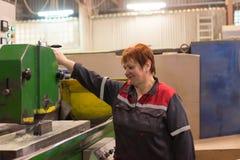 Kobieta pracuje na szlifierskiej maszynie Scena metal apretura części Fotografia Stock