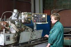 Kobieta pracuje na wewnętrznej szlifierskiej maszynie Scena metal apretura części Zdjęcia Royalty Free
