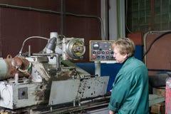 Kobieta pracuje na wewnętrznej szlifierskiej maszynie Scena metal apretura części Fotografia Royalty Free