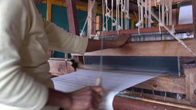 Kobieta pracuje przy fabryką w Inle, Myanmar zbiory