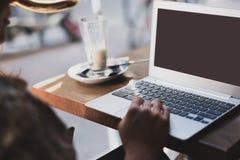 Kobieta pracuje przy laptopem w kawiarni obraz stock