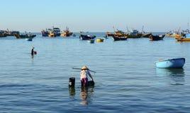 Kobieta pracuje przy seashore w Phan Thiet zdjęcie royalty free