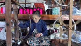Kobieta pracuje przy tekstylną fabryką w Mandalay, Myanmar zbiory