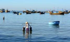 Kobieta pracuje przy wioską rybacką w Długim Hai, Wietnam fotografia stock