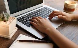 Kobieta pracuje używać laptop na stole Wręcza ty obraz royalty free