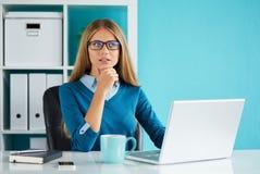 Kobieta pracuje w biurze fotografia royalty free