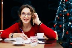 Kobieta pracuje w bożych narodzeń i nowego roku wakacjach obrazy royalty free