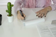 Kobieta pracuje w oficce obraz stock