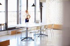 Kobieta pracuje w pustym pokoju konferencyjnym Fotografia Stock