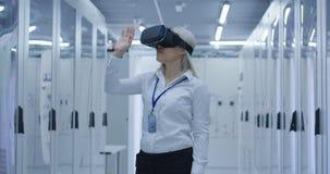 Kobieta pracuje w VR szkłach na elektrowni obraz stock