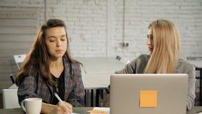 Kobieta pracuje wp?lnie i opowiada biznes zbiory wideo