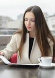 Kobieta pracuje z biznesowego papieru lunchem Obraz Royalty Free
