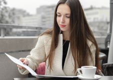 Kobieta pracuje z biznesowego papieru lunchem Fotografia Royalty Free