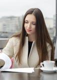 Kobieta pracuje z biznesowego papieru lunchem Zdjęcia Stock