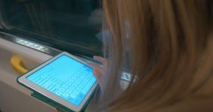 Kobieta pracuje z cyfrowym pastylka komputerem osobistym zdjęcie wideo