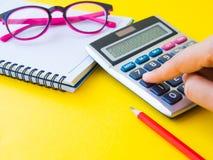 Kobieta pracuje z kalkulatorem, fotografia royalty free
