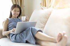 Kobieta pracuje z notatnikiem i pije kawę fotografia stock