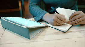 Kobieta pracuje z ochraniaczem i bierze notatki wewnątrz zbiory