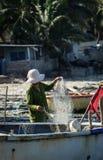 Kobieta pracuje z sieciami w Phan Thiet, Wietnam Obrazy Royalty Free
