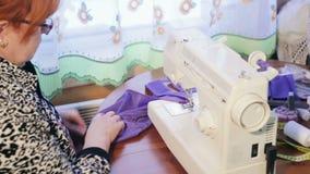 Kobieta pracuje z szwalną maszyną zbiory