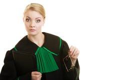 Kobieta prawnika adwokat jest ubranym czerni zieloną togę Zdjęcie Royalty Free