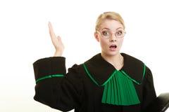 Kobieta prawnika adwokat jest ubranym czerni zieloną togę Obrazy Stock