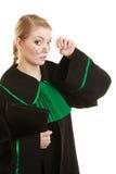 Kobieta prawnika adwokat jest ubranym czerni zieloną togę Fotografia Royalty Free